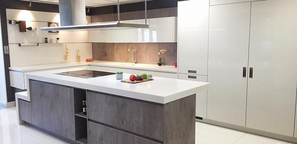 Kitchen Y - line / LH / Crystal /  Catania Grey Brown ( Showroom )