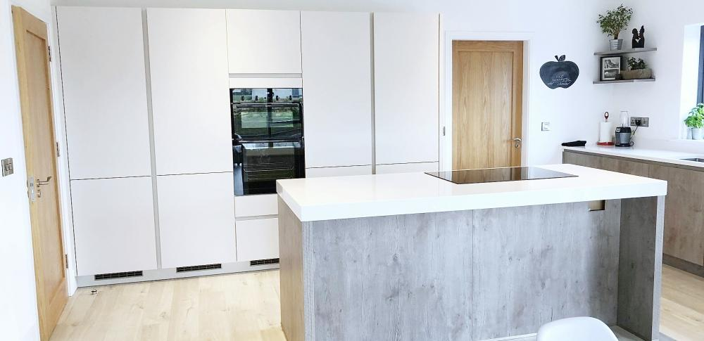 handless open plan kitchen